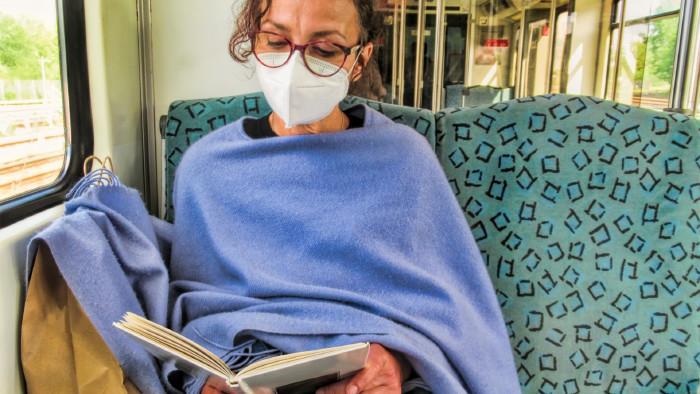 Frau mit Gesichtsmaske liest ein Buch © ArTo, stock.adobe.com