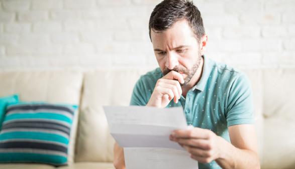 Mann kontrolliert Abrechnung © AntonioDiaz, stock.adobe.com