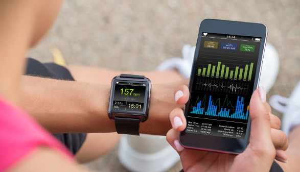 Smartwatch und Smartphone © Andrey Popov, stock.adobe.com