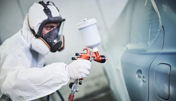 Autolackierer mit Schutzausrüstung © Kadmy, stock.adobe.com