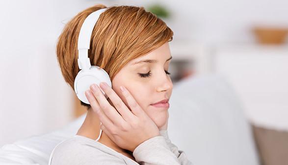 Frau hört Musik © contrastwerkstatt, Fotolia.com