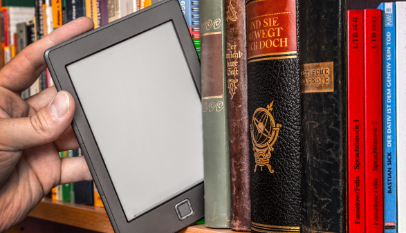 ebook Reader in Bibliothek © Markus Bormann, AdobeStock_ 41585502_Markus Bormann