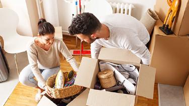 Junges Paar beim Einzug in die neue Wohnung © SolisImages, stock.adobe.com