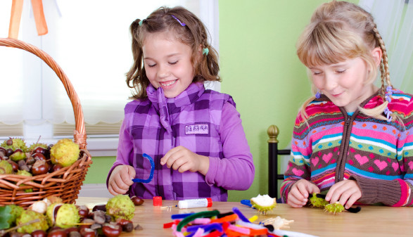 Kinder basteln © st-fotograf, stock.adobe.com