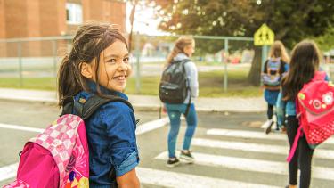 Schülerin auf dem Weg in die Schule © pololia, AdobeStock