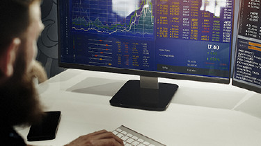Junger Mann studiert Aktienkurse © Rawpixel.com, Fotolia