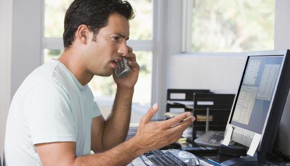 Mann sitzt beim Computer und telefoniert © Monkey Business , stock.adobe.com