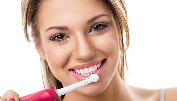 Junge Frau mit elektrischer Zahnbürste © luckybusiness, Fotolia.com