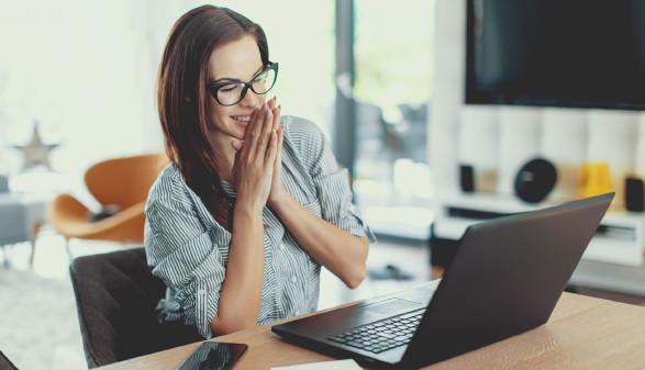 Frau sitzt vor Laptop und freut sich © sakkmesterke , stock.adobe.com
