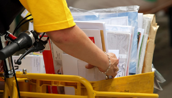 Briefträgerin fährt mit dem Rad die Post aus. © Otto Durst, Fotolia.com