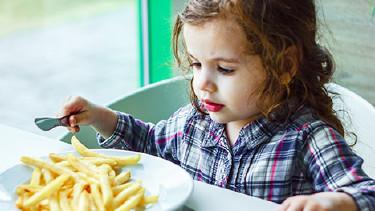 Mädchen isst Pommes frites © sharafmaksumov, Fotolia