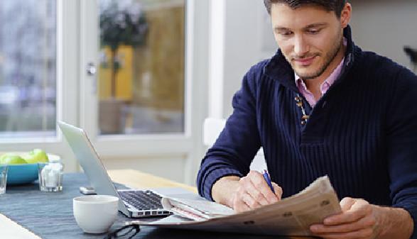 Junger Mann liest Wohnungsinserate in der Tageszeitung © contrastwerkstatt, Fotolia