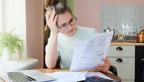Frau kontrolliert Rechnungen © Damir, stock.adobe.com