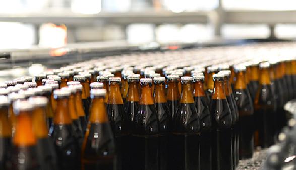 Bierflaschen auf einem Förderband © industrieblick, Fotolia