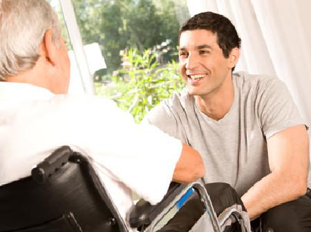 Mann im Rollstuhl spricht mit Berater © iceteastock, Fotolia.com