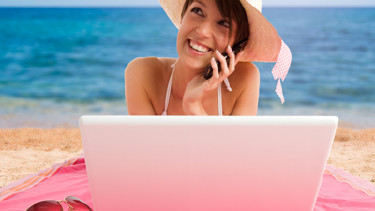 Frau telefoniert am Strand. © FOTOCROMO, Fotolia.com