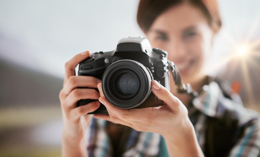 Frau mit Kamera © StockPhotoPro , Adobe Stock