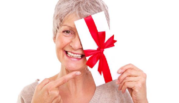 ältere Frau, Gutschein, Geschenk © Fotowerk, Fotolia.com