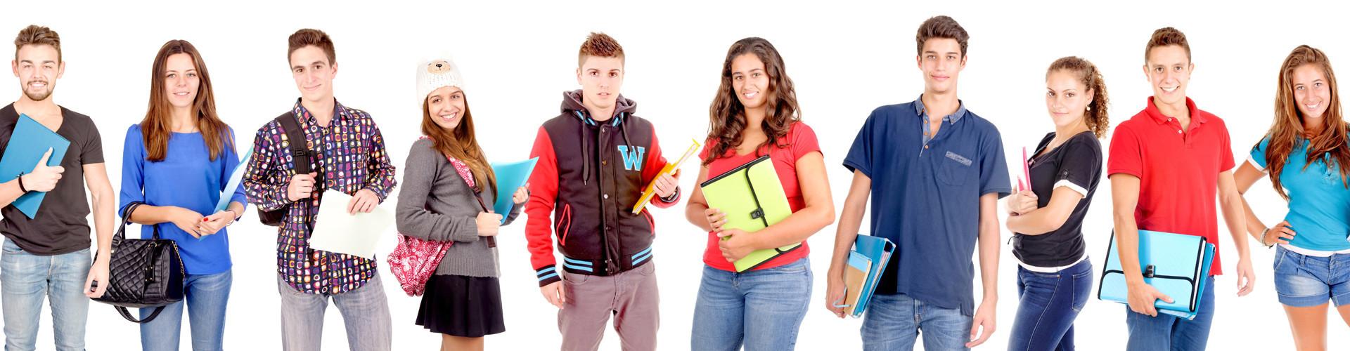 Zehn Schülerinnen und Schüler stehen nebeneinander und halten Schulsachen in den Händen © verkoka, stock.adobe.com