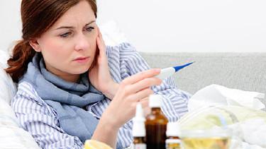Kranke Frau misst Temperatur im Bett © Alexander Raths, Fotolia