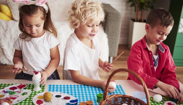 Kinder basteln für Ostern © gpointstudio, stock.adobe.com
