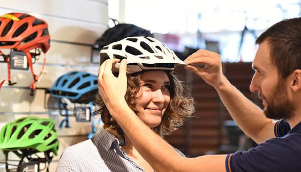 Kauf Fahrradhelm im Fachhandel © industrieblick, Fotolia.com