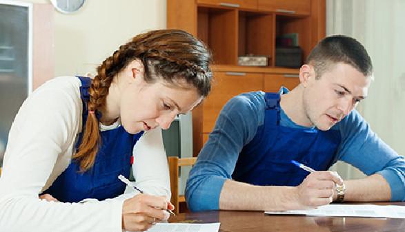 Paar beim Ausfüllen eines Formulares © JackF, Fotolia.com