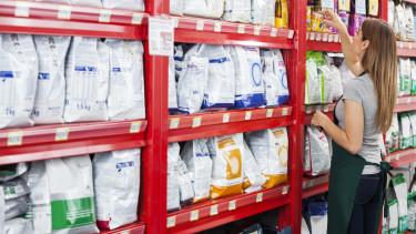 Handelsangestellte räumt Regal ein © Tyler Olson, stock.adobe.com