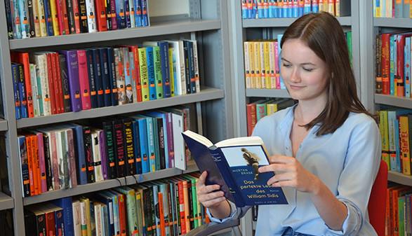 Junge Frau liest ein Buch © Fasser, AK