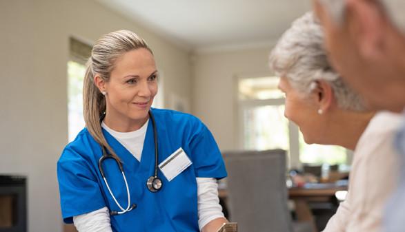 Altenpflegerin unterhält sich mit älterem Paar © Rido, stock.adobe.com