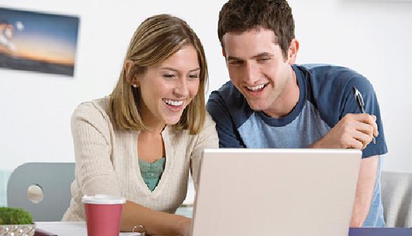 Junge Leute arbeiten am Laptop © Getty Images, ThinkstockPhotos