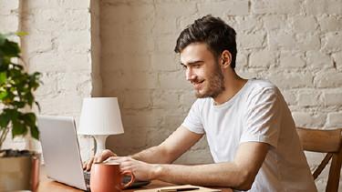 Junger Mann mit Laptop © Anatoliy Karlyuk, Fotolia