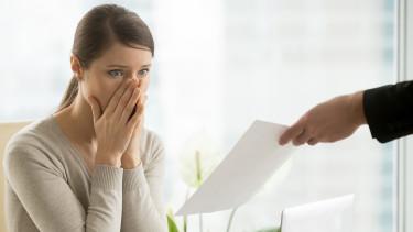 Angestellte erhält Kündigung © fizkes, stock.adobe.com