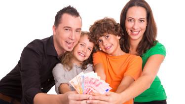 Familie mit Geld © mdworschak, stock.adobe.com
